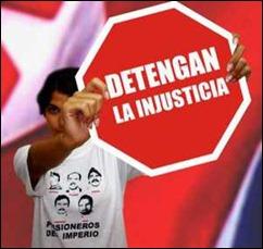 Niño con pulover de Los Cinco y Cartel rojo que dice Detengan la Injusticia