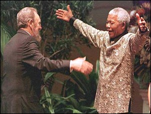 Abrazo de encuentro entre Fidel y Nelson Madela