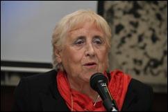 Stella Calloni habla ante un micrófono