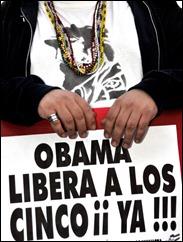 Manifestante con una pancarta solicitando: Obama libera a los Cinco ¡¡ya!!!