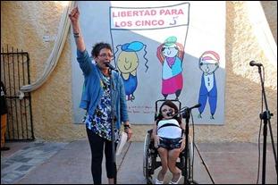 Rosa Bernal, hermana de Paco —autor de los dibujos al fondo— junto a Diana Torrubia, una joven discapacitada de la Isla de la Juventud. Foto: Roberto Díaz Martorell