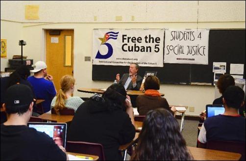 Sthepen Kimber imparte conferencia en el Colegio Comunitario de Marin (Carolina del Norte)