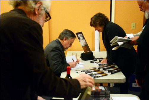 Stephen Kimber autografía su libro en el Colegio Comunitario Chabot, Carolina del Norte