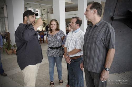 Alexis Leyva Machado, Kcho, artista plástico, dialoga con Fernando Gonzalez Llort y René Gonzalez, Heroes de la Republica de Cuba sobre el proyecto de reproducir la celda y el hueco al que fueron confinados  en la sprisiones estadounidenese.Museo de Arte cubano  el 19 de marzo de 2014.<br /><br /><br /> Foto©Rene Perez Massola