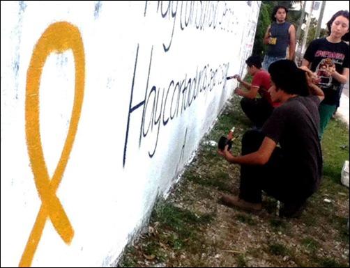 Jóvenes solidarios de Cancún, México, pintan un muro con frase de Antonio Guerrero