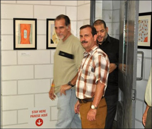 """René González, Fernando González y Kcho a la entrada de la exposición """"No agradezcan el silencio"""""""