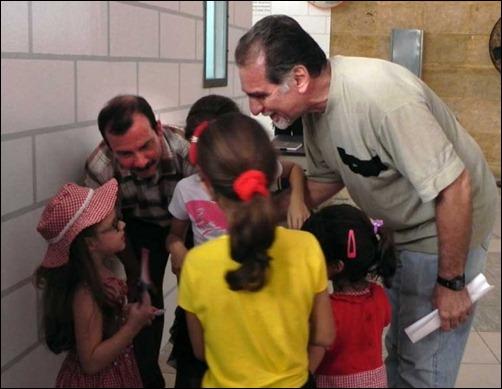 Los luchadores antiterroristas y Héroes de la República de Cuba Fernando González Llort (I) y René González Sehwerert, son saludados por niñas