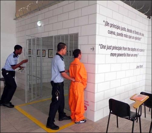 Acción perfomática del momento en que es trasladado el prisionero fuertemente encadenado hacia su visita con el abogado