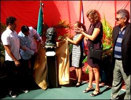 Develan en Cancún busto de José Martí en homenaje a Los Cinco