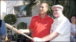 Entrega de bate de beisbol a Ariel Pestano regalo de Gerardo Hernández