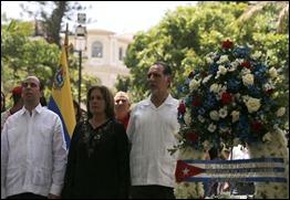 René González coloca ofrenda floral ante el monumento a Simón Bolívar, Caracas, Venezuela. Foto telesurtv.net