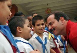 Fernando González con pioneros en Guantánamo