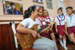 Guitarra eléctrica regalada por Gerardo Hernández a La Colmenita