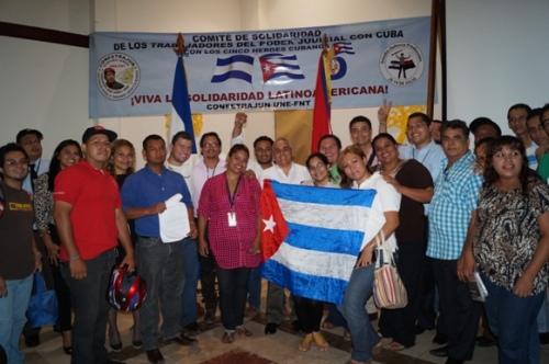 Trabajadores organizados en COFETRAJUN y organizados en la juventud, patentizaron su solidaridad con los Cinco Héroes Cubanos encarcelados en Estados Unidos desde hace más de 15 años. Posan para la lente con el Embajador de Cuba en Nicaragua, compañero Eduardo Martínez Borbonet (al centro de camisa blanca).