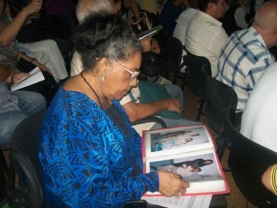 Participante del Foro hojea álbum de fotos de la Casa de los Cinco (CUJAE)