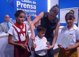 Ailí Labañino recibe dibujos de los pioneros