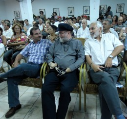 Fernando González junto al sacerdote sudafricano Michael Lapsley en la 14ta Peña El 3 a las 4 por los Cinco, en la UNEAC. Autor: Nairovin Ojeda Durán