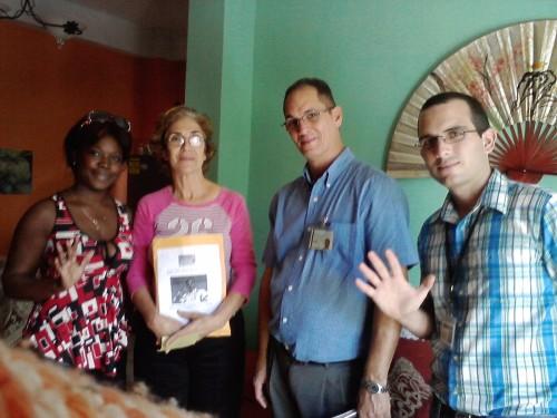 """Entrega de premio del concurso """"Un selfie por los 5"""" a la familia del Dr. Orlando Jiménez"""
