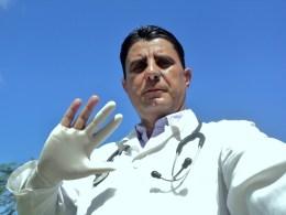 """Dr Orlando Jimenez Martín. Imagen ganadora del 3er lugar del concurso """"Un selfie por los 5"""""""