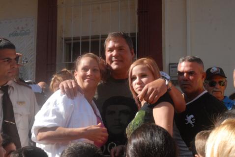 Ramón Labañino con familiares y vecinos en Holguín