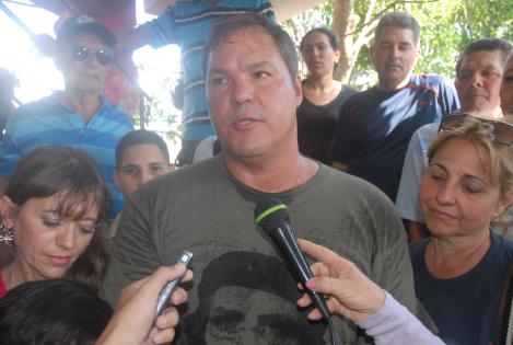 Ramón Labañino comparte con la prensa y vecinos en Holguín