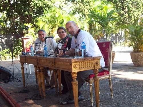 De izquierda a derecha Manuel López, miembro del Comité Nacional de Solidaridad con los Cinco en Ucrania y editor de la obra, Kenia Serrano, presidenta de dicho Instituto  y Gerardo Hernández autor del libro.