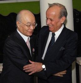 El abogado japonés Osamu Yatabe con Ricardo Alarcón