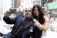 La actriz Roselyn Sánchez se toma una fotografía con oficial de policía de Nueva York. EFE/Miguel Rajmil
