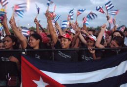 jovenes cubanos marchan con banderas