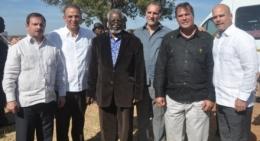 Sam Nujoma y los Cinco antiterroristas cubanos durante su visita a Namibia (Foto nacionyemigracion.cu)